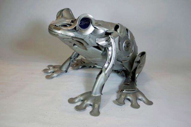 recycled sculpture scrap art green eco recycledart junk rubbish hubcap frog frogs toad toads